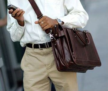 Мужские сумки через плечо создают авантюрный образ мужчины, который контролирует все в...